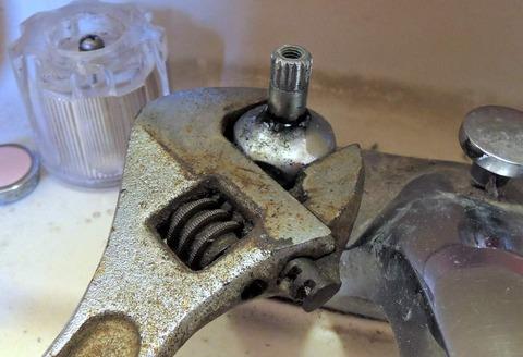 パッキン交換しても直らない蛇口の水漏れ【確認事項と正しい対処法】:修理交換用の工具は揃っていますか?