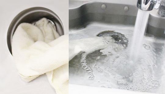 まずはお湯を注いで詰まりを解消