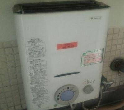 給湯器の水漏れ原因と修理方法を確認:給湯器全体から大量の水漏れ