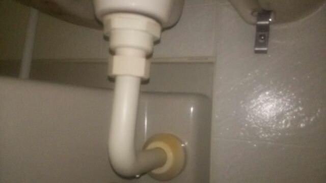 洗面台の詰まりに効果的な修理方法や解消方法その2:排水管を分解して内部から掃除