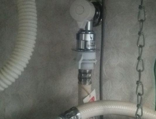 洗濯機の水漏れ箇所の確認:給水ホース周辺