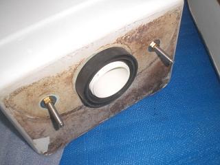 トイレタンクの外から漏れている原因:タンク底のゴムパッキンの劣化