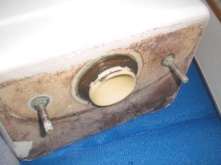 トイレタンクの外からの水漏れ直し方:タンク底のパッキンを交換その2