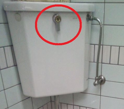 トイレの床が水漏れしていた場合の原因特定方法:タンクからの水が溢れている、もしくは漏れている