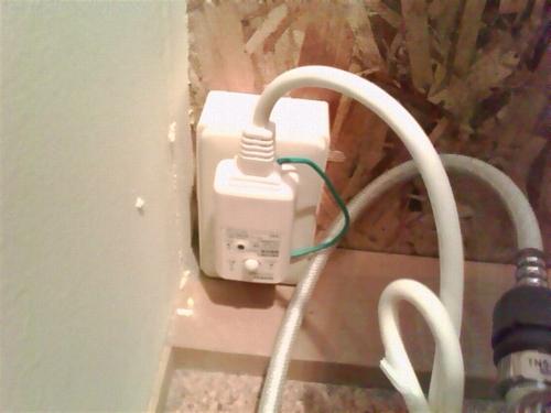 詰まりを直す前にやっておきたいこと:ウォシュレットの電源プラグを抜く