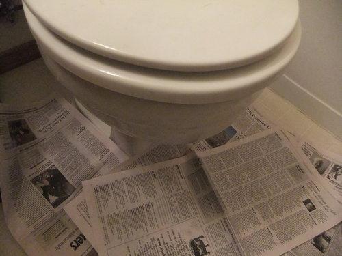 詰まりを直す前にやっておきたいこと:便器の周りに古い新聞紙などを敷く