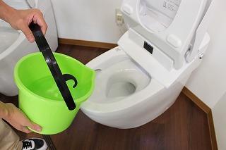 スッポン以外で使えるトイレ詰まりを解消する道具:お湯とバケツ