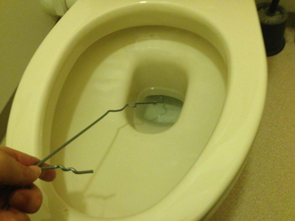 針金ハンガーを便器に入れて押し引きする