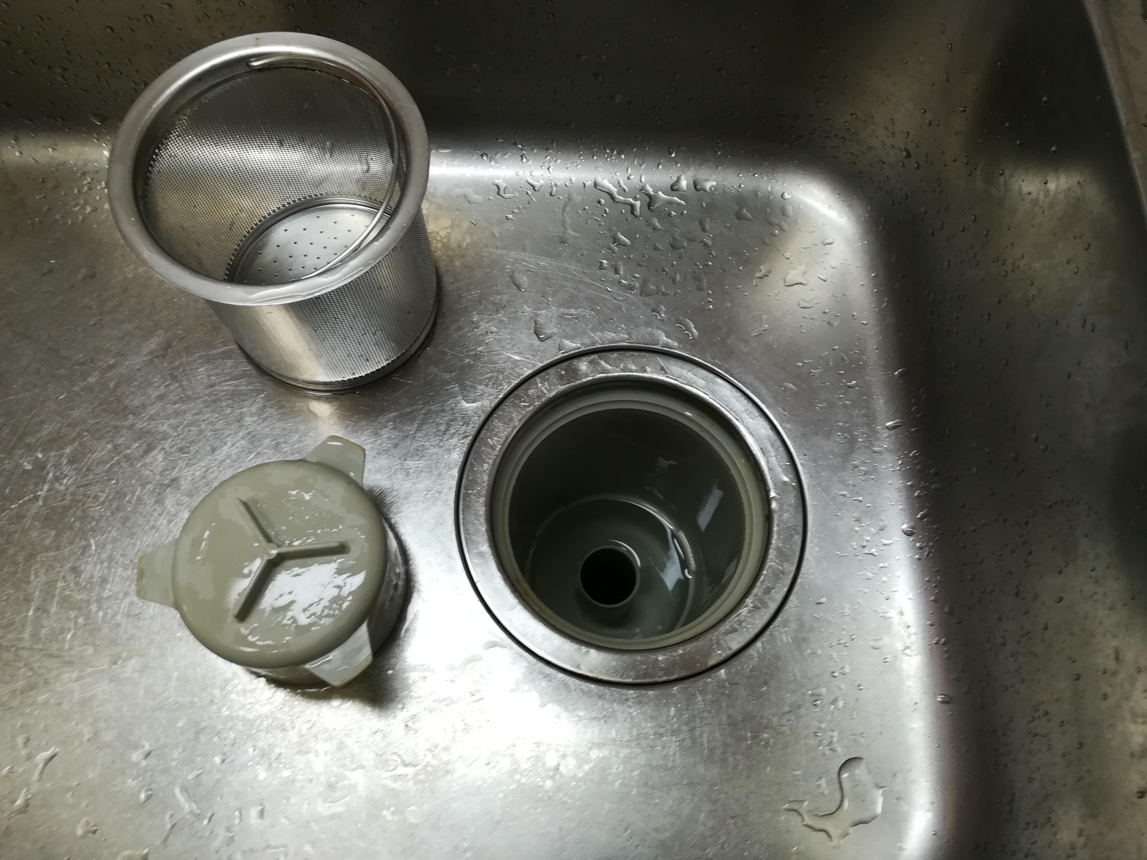 排水溝のゴミ受け、排水トラップを取り外す