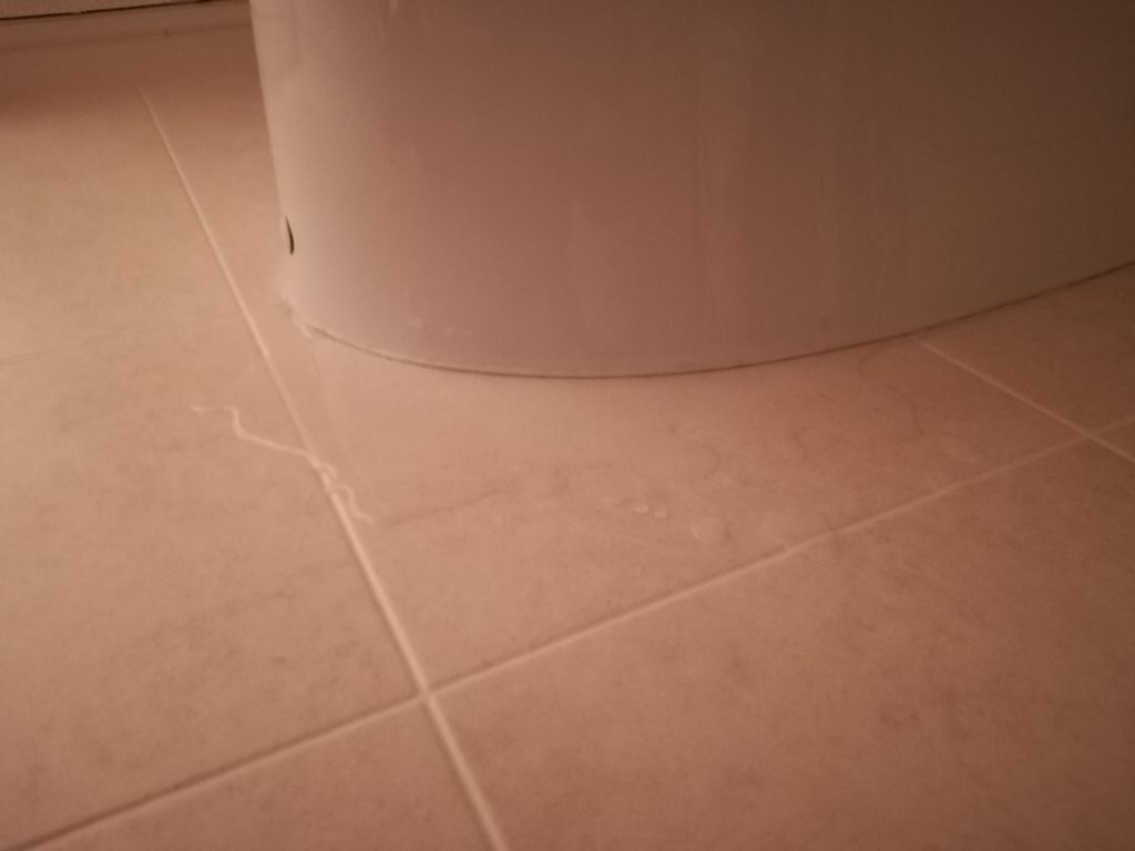 トイレの便器と床の隙間から水漏れ