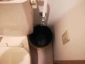 給水管の下にバケツを置く