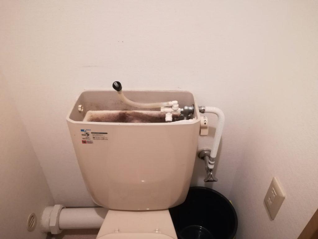 トイレタンクの蓋を開ける